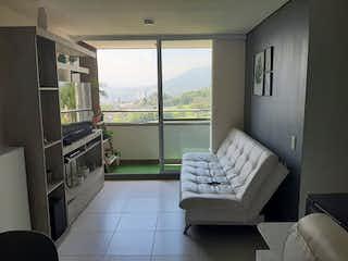Una sala de estar llena de muebles y una ventana en Apartamento en Venta LA FERRERIA