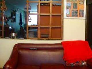 Una sala de estar llena de muebles y suelos de madera en Casa En Venta En Bogota Normandia