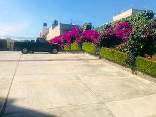 Una escena callejera con un banco y flores en HERMOSO DEPARTAMENTO EN VENTA EN JESUS DEL MONTE