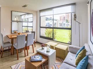 Una sala de estar llena de muebles y una ventana en Veramonte - Olmo