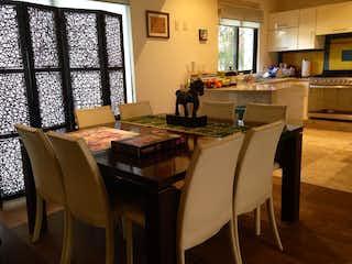 Una habitación con una mesa y una mesa en Casa Tetelpan, Alvaro Obregón