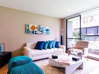 Una sala de estar llena de muebles y una ventana en Ébano