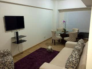 Una sala de estar llena de muebles y una televisión de pantalla plana en Excelente OPORTUNIDAD en Condominio Tres Lagos