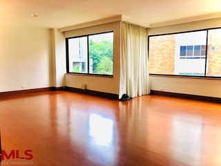 Una sala de estar llena de muebles y una ventana en Hontanar