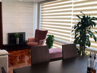 Una sala de estar llena de muebles y una gran ventana en Apartamento En Venta En Bogotá Chico Navarra