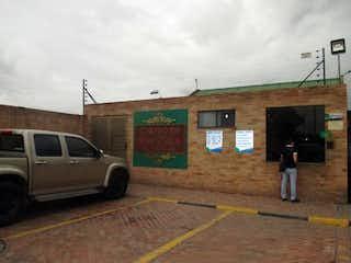Un coche estacionado delante de un edificio en Casa En Venta En Funza Cortijo De Serrezuela, cuenta con 4 habitaciones