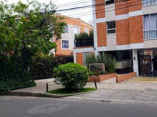 Un rincón de la calle con un hombre en bicicleta en Casa En Venta En Bogota San Cipriano