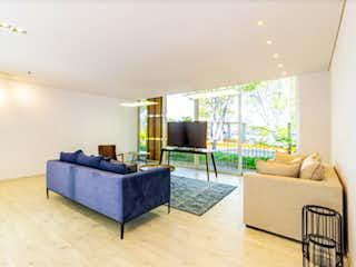 Una sala de estar llena de muebles y una televisión de pantalla plana en ID Bellavista