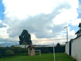 Una vista de un campo de hierba con un edificio en el fondo en Casa Cota Puente De La Cruz