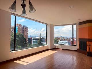 Una sala de estar con vistas al océano en Apartamento En Venta En Bogota Bella Suiza-Usaquén