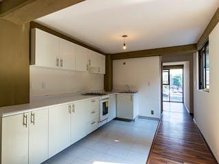 Una cocina con armarios blancos y electrodomésticos blancos en Lerdo 42