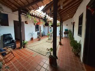 Una sala de estar con una chimenea en ella en Casa en venta en Casco Urbano El Retiro de 3 alcobas