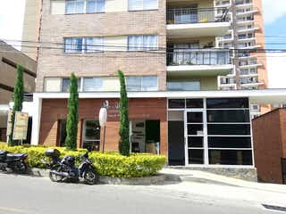 Una motocicleta estacionada delante de un edificio en Apartamento en venta en Samaria con acceso a Piscina