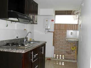 Una cocina con una estufa y un fregadero en El Trapiche, Apartamento en venta en La Cumbre con Piscina...