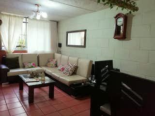Una sala de estar llena de muebles y una ventana en Casa en Venta SABANETA