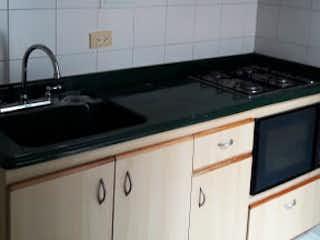 Una cocina con armarios blancos y electrodomésticos negros en Apartamento en venta en Las Villas de 2 habitaciones