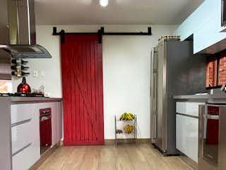 Cocina con nevera y horno de fogones en Apartamento en Venta ALTOS DEL POBLADO