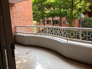 Una bañera sentada delante de un edificio en Apartamento en venta en Conquistadores de 3 habitaciones