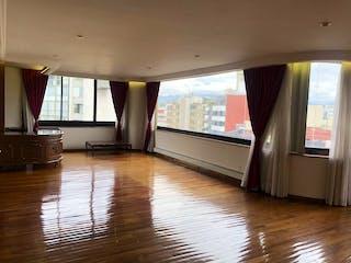 Una sala de estar con suelos de madera dura y una ventana en Departamento en las Lomas de Chapultepec