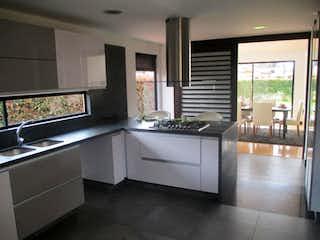 Una cocina con un lavabo y un gran ventanal en Casa Condominio En Venta En Cajica Vía Cajica