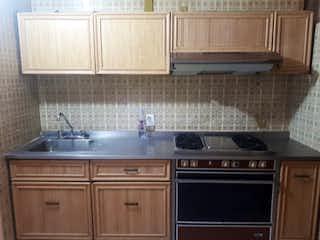 Una cocina con una estufa y un fregadero en Casa con 3 Recámaras, 2 Baños, 3 Estacionamientos, Iztapalapa