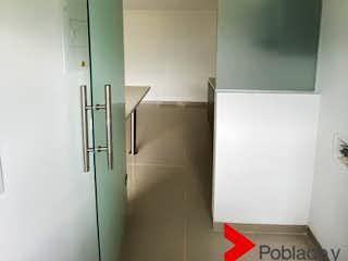 Un cuarto de baño con un inodoro y una ducha en CALIFORNIA DE ENVIGADO