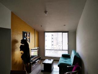 Una sala de estar llena de muebles y una ventana en Apartamento venta - Almendros de Nueva Castilla