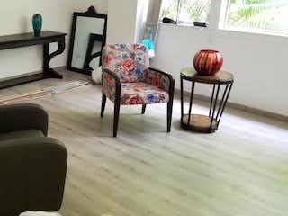 Una sala de estar llena de muebles y una chimenea en Se Vende Apartamento en la Loma de los González, Medellin