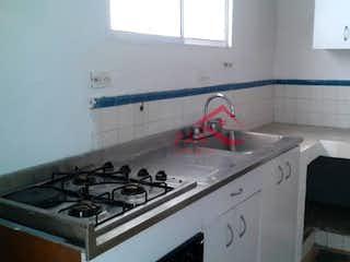 Una estufa blanca encima del horno sentado dentro de una cocina en Casa ParaVenta