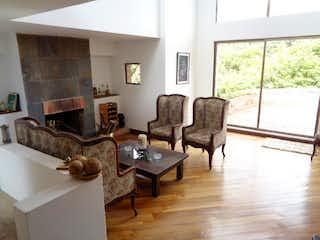 Una sala de estar llena de muebles y una ventana en Casa en venta en Casco Urbano Sopó 4096m² con Jardín...