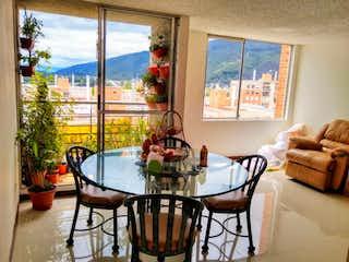 Un comedor con una mesa y sillas en Apartamento en venta Ubicado en Andalucía Norte