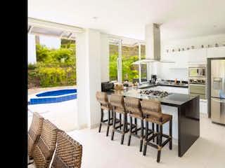 Una sala de estar llena de muebles y una ventana en Casa finca en venta Ubicado en la Vega