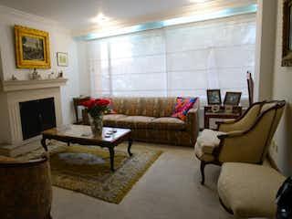 Una sala de estar llena de muebles y una chimenea en Apartamento en venta Ubicado en Santa Barbara