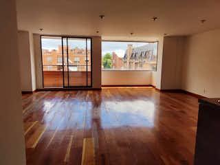 Una sala de estar con suelos de madera y suelos de madera en Apartamento en Venta Ubicado en la Calleja