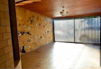 Casa En Venta En Chia El Cedro, con 5 habitaciones y chimenea.