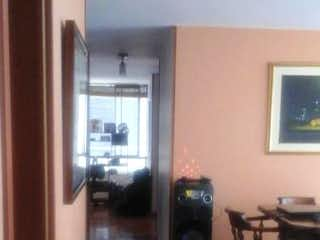 Una sala de estar llena de muebles y una televisión de pantalla plana en Apartamento En Venta En Bogota suba- 3 alcobas