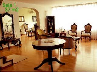 Una sala de estar llena de muebles y una mesa en Casa en venta Ubicado en Niza Antigua