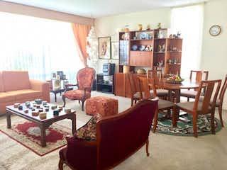 Una sala de estar llena de muebles y una gran ventana en Casa en venta en Santa Bárbara Central con acceso a Jardín