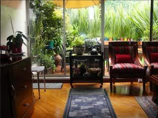 Una sala de estar llena de muebles y una gran ventana en Casa en venta en Casa Blanca Suba 187m² con Jardín...