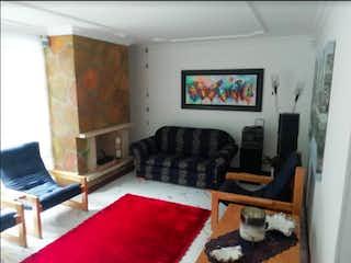 Una sala de estar llena de muebles y una chimenea en Casa en venta en Casa Blanca Suba con acceso a Jardín