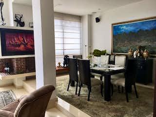 Una sala de estar llena de muebles y una televisión de pantalla plana en Casa en venta Ubicado en Bosque de Pinos