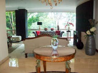 Una mesa con un jarrón encima en Apartamento en venta en Barrio Usaquén con Gimnasio...