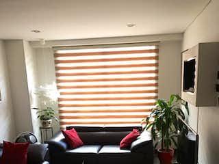 Una sala de estar llena de muebles y una ventana en Apartamento en venta en Barrio Nicolás De Federman, 66m²