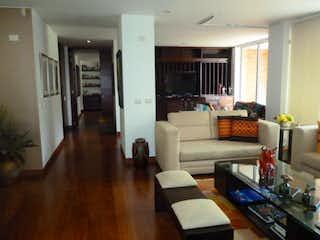 Una sala de estar llena de muebles y una chimenea en Apartamento en venta en Prado Veraniego 180m² con Gimnasio...