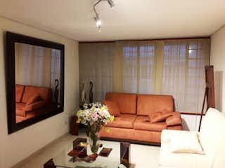Una sala de estar llena de muebles y una gran ventana en Casa en venta en La Alhambra de 3 habitaciones
