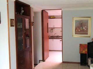 Una sala de estar llena de muebles y una ventana en Casa en venta en Sabana De Tibabuyes 105m²
