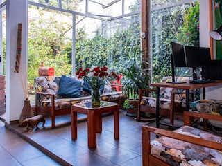 Una sala de estar llena de muebles y una ventana en Casa en venta en Barrio Teusaquillo 823m² con Jardín...