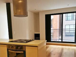 Una cocina con horno de cocina al lado de una ventana en Apartamento en venta en San Patricio con Gimnasio...