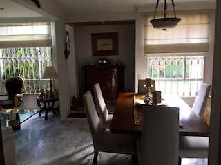 Una sala de estar llena de muebles y una ventana en Casa en venta en Barrio Verbenal de 175m² con Jardín...