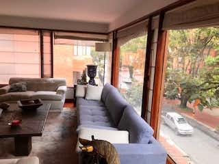 Una sala de estar llena de muebles y una gran ventana en Apartamento en venta Ubicado en Cabrera